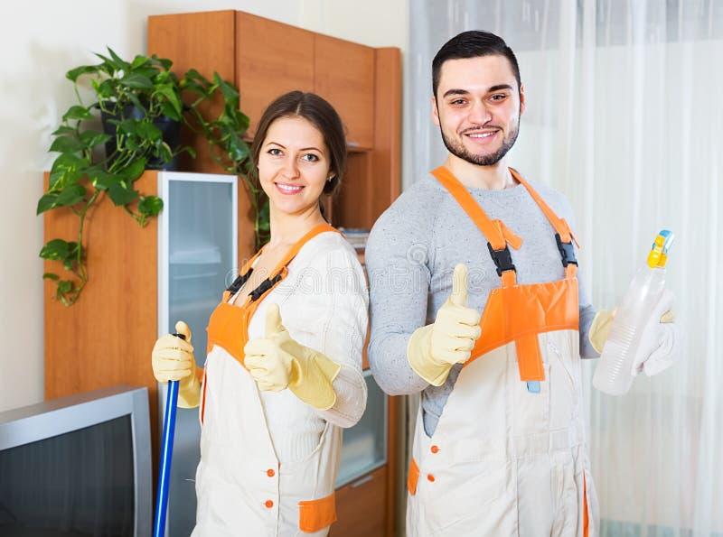 Pulitori che puliscono nella sala immagini stock