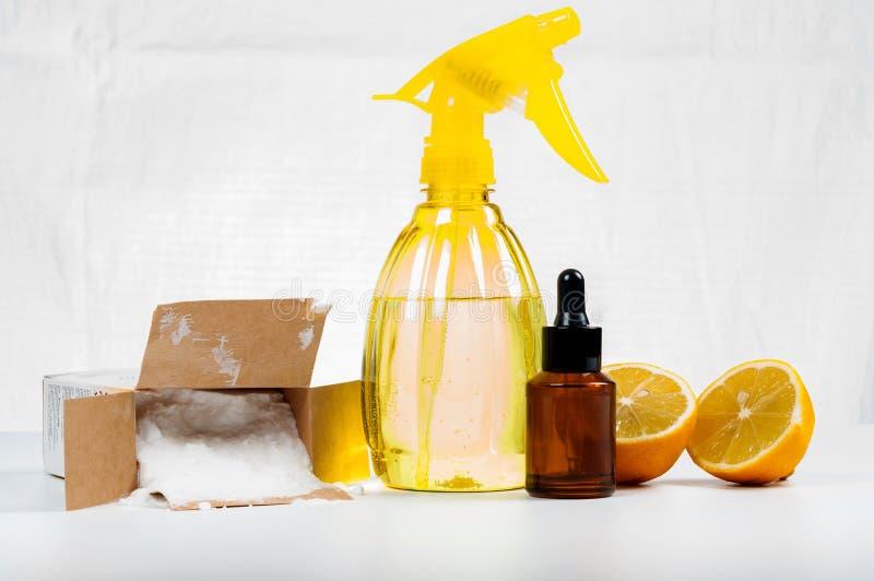 Pulitori naturali ecologici fatti del limone e del bicarbonato di sodio su w fotografie stock