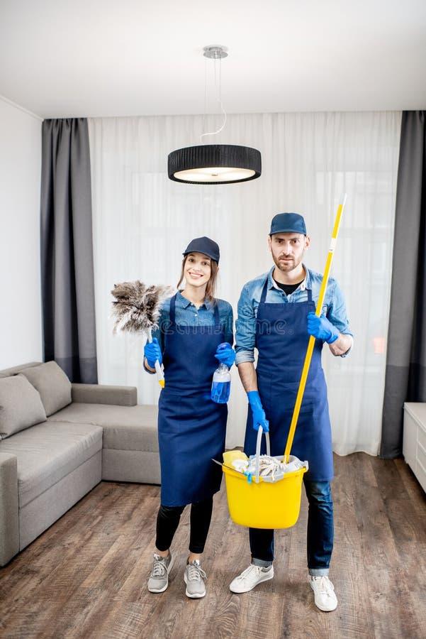 Pulitori professionali con gli strumenti di pulizia all'interno fotografie stock