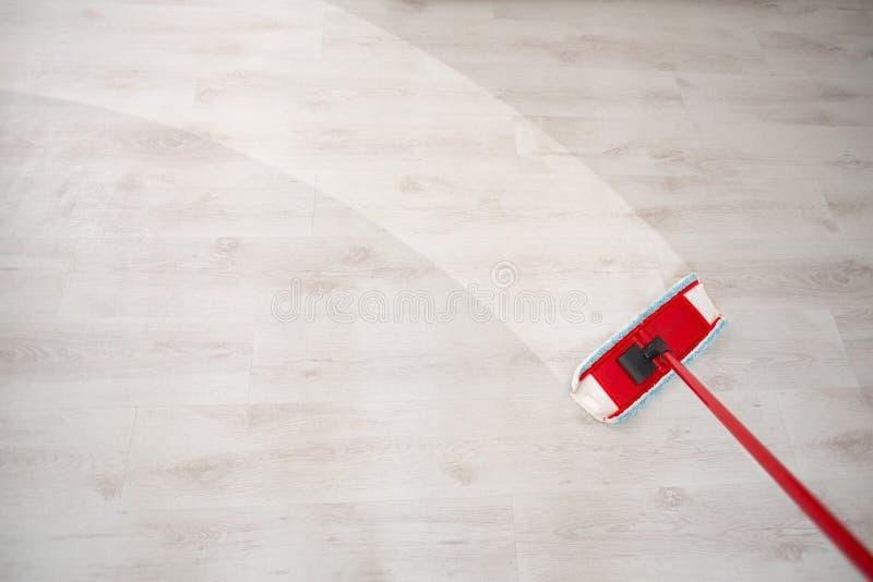Pulitura del pavimento e pulire fotografia stock