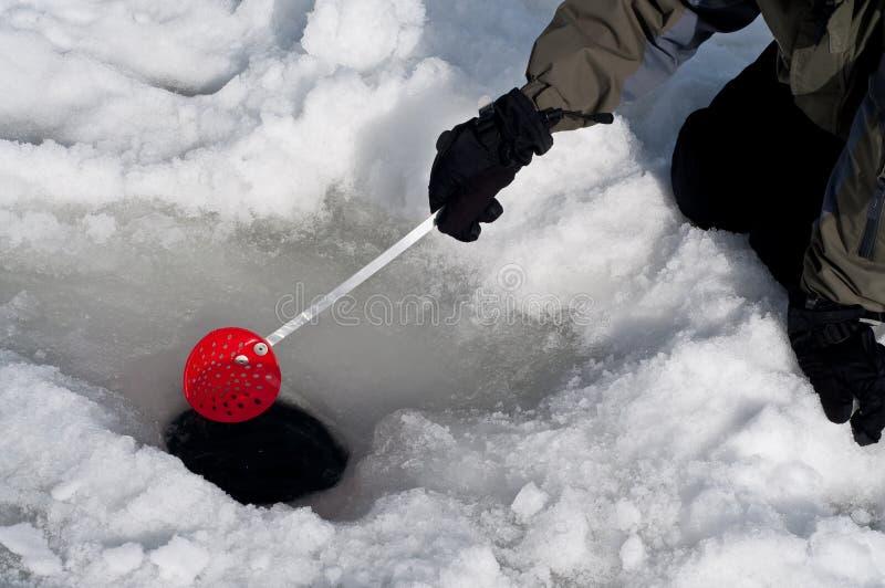 Pulitura fuori del foro per pesca del ghiaccio immagine stock libera da diritti