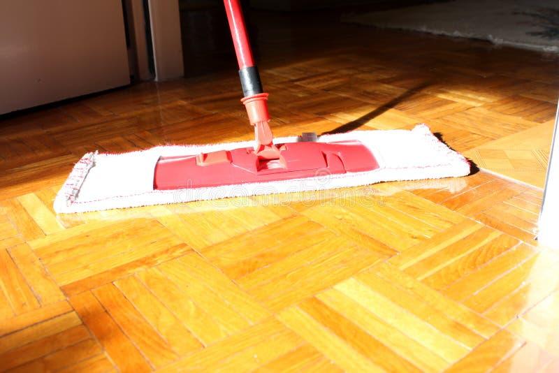 Pulizia del pavimento nella casa immagini stock