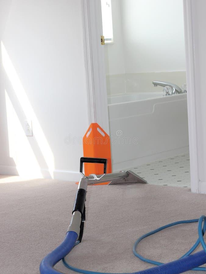 Pulizia del tappeto in corso immagine stock