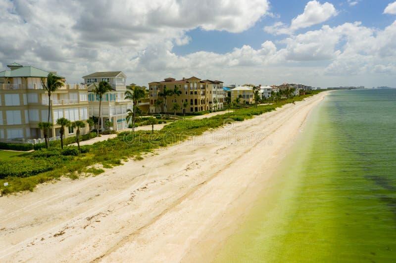 Pulizia della sabbia Barefoot Beach FL fotografia stock libera da diritti