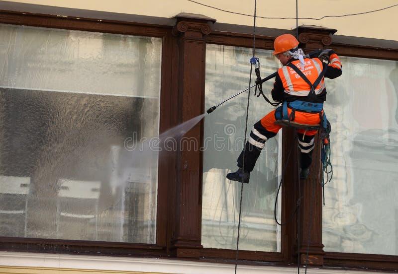 Pulizia di finestra dallo scalatore industriale immagini stock libere da diritti