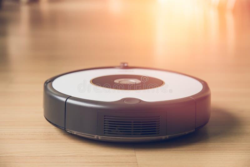 Pulizia domestica facile del pavimento di legno pulito di vuoto del robot immagini stock libere da diritti