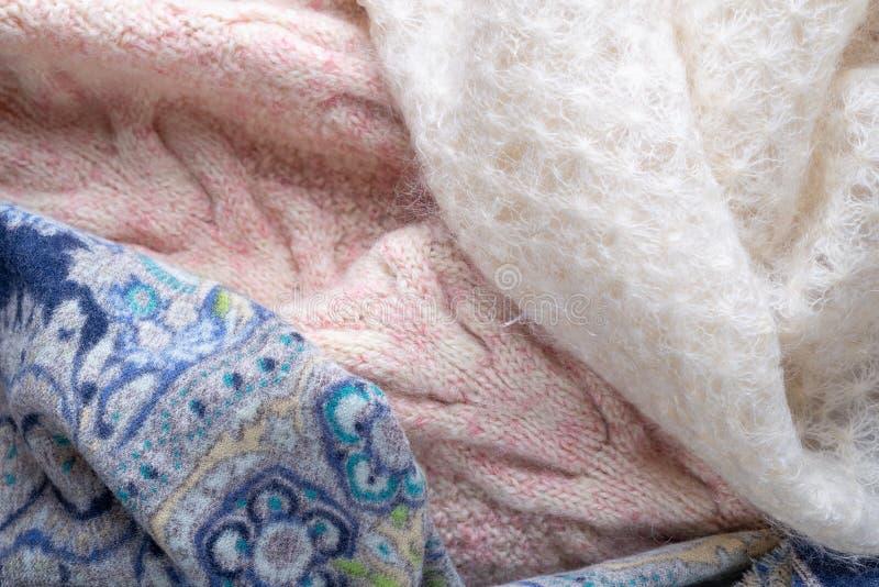 Pull de laine tricoté par rose, écharpe bleue et foulard blanc de duvet de chèvre photo stock