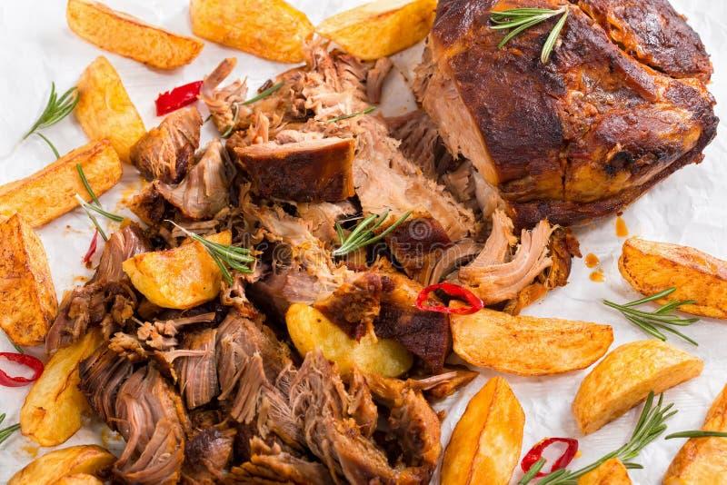 Pulled lent-a fait cuire la viande grillée en four avec les cales frites de pomme de terre images stock