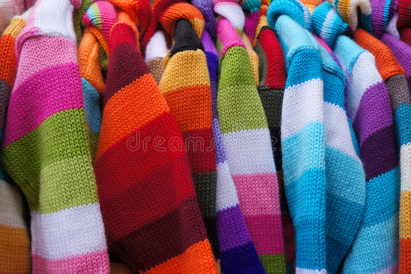 Pullover auf Aufhängern stockfotografie