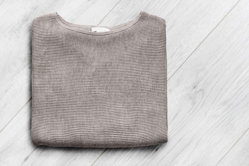 Pullover auf hölzernem Hintergrund lizenzfreie stockbilder
