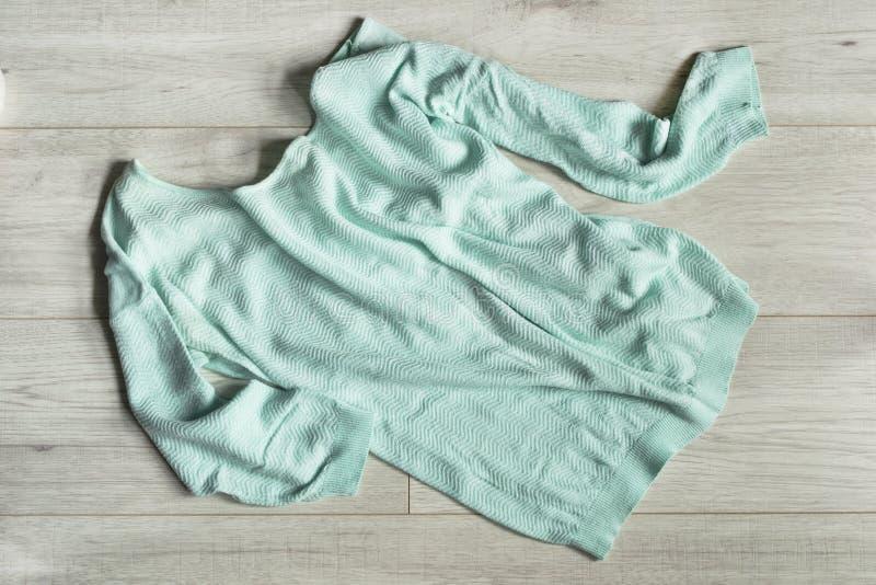 Pullover auf hölzernem Hintergrund stockfoto