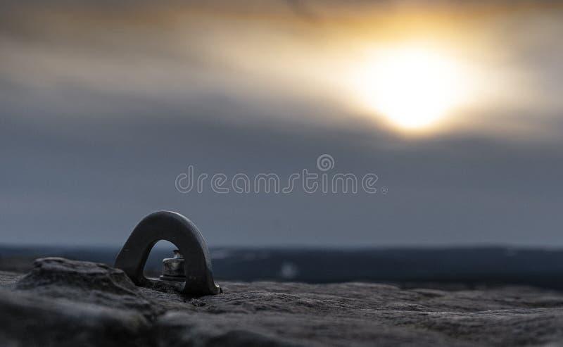 Pullover contre le ciel de coucher du soleil images stock