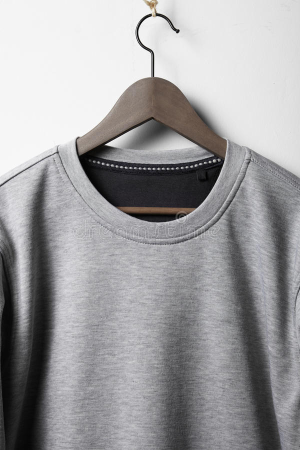 Pullover, der an der weißen Wand hängt stockbild