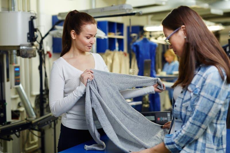 Pullover für Trockenreinigung stockfoto