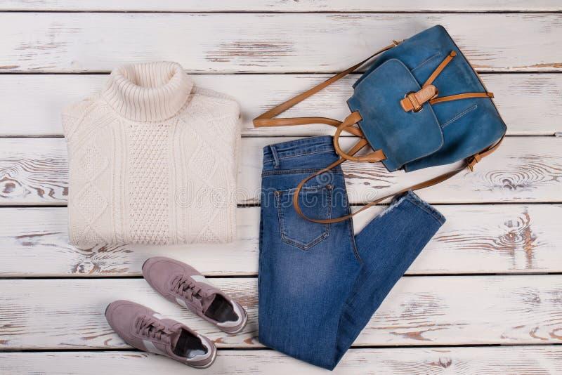 Pullover, Jeans, Turnschuhe und Rucksack stockfotografie