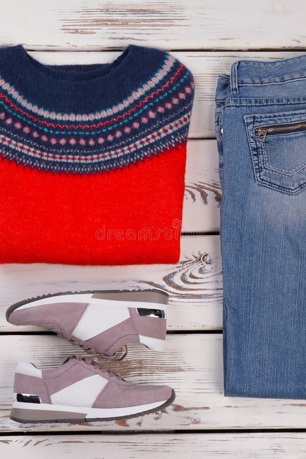 Pullover, regelmäßige Jeans und Turnschuhe stockfotos