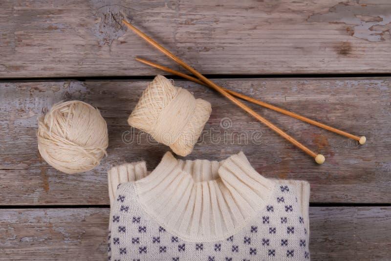 Pullover, Stränge und hölzerne Nadeln stockfotografie