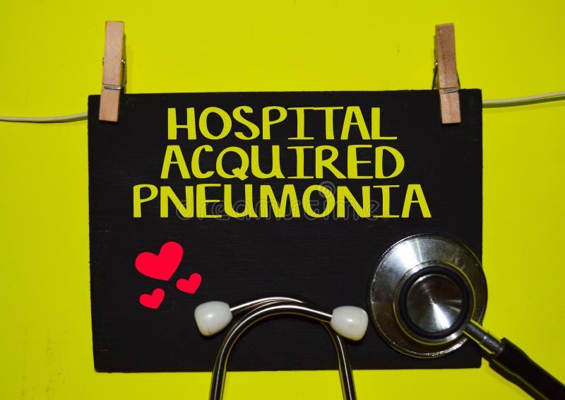 PULMONÍA ADQUIRIDA HOSPITAL encima del fondo amarillo fotografía de archivo