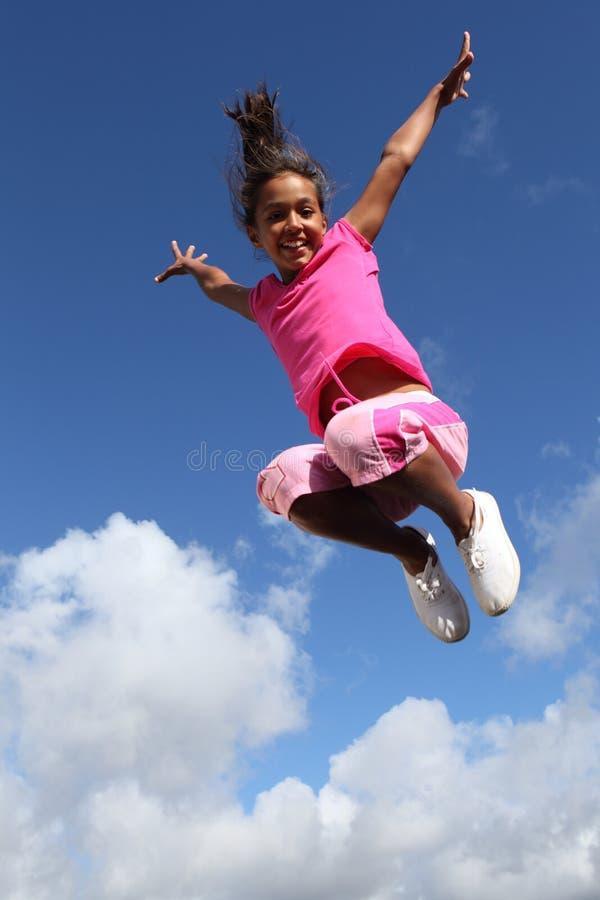 Pulo feliz do grande sucesso da alegria para a rapariga imagens de stock royalty free