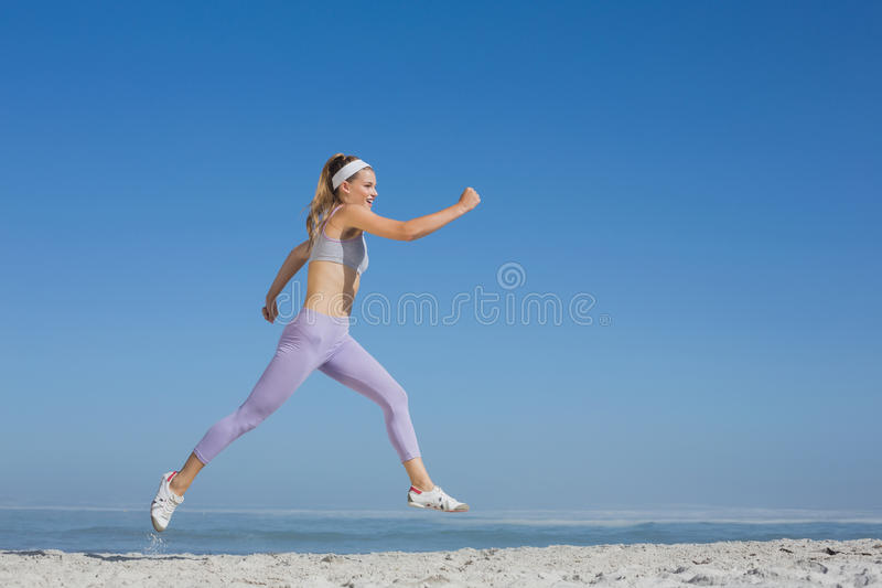 Pulo louro desportivo na praia fotos de stock royalty free