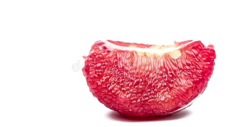 Pulpa roja del pomelo con las semillas aisladas en el fondo blanco fotos de archivo libres de regalías