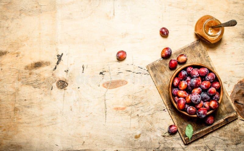 Pulpe fraîche de prune dans un pot en verre photos stock