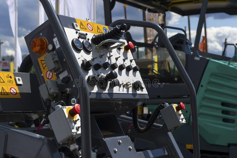 Pulpit operatora asfaltowa brukowa maszyna obrazy royalty free