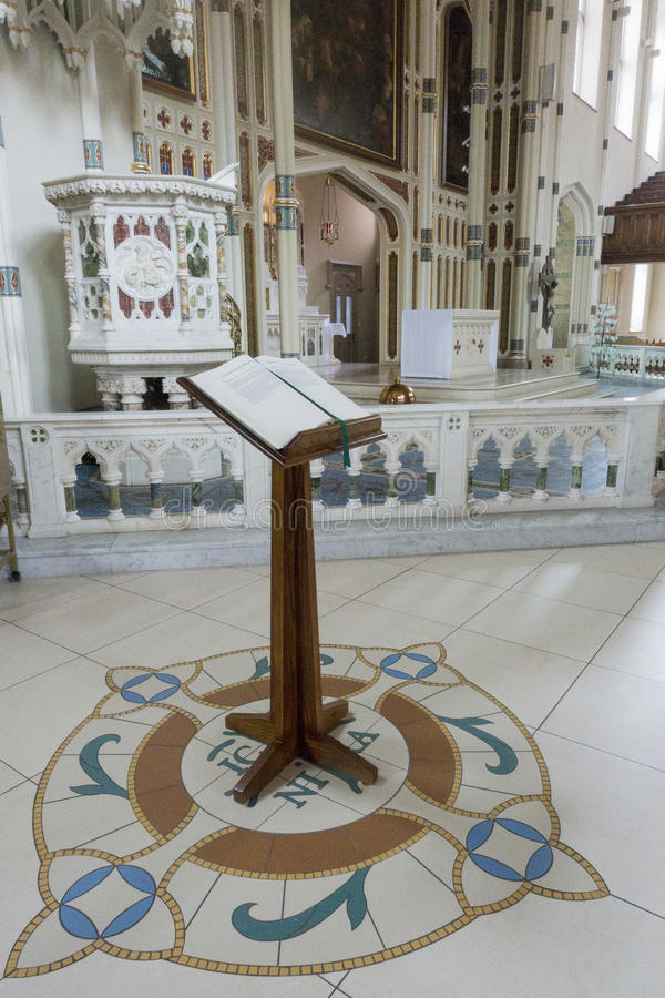 Pulpit w pięknym kościół zdjęcia royalty free