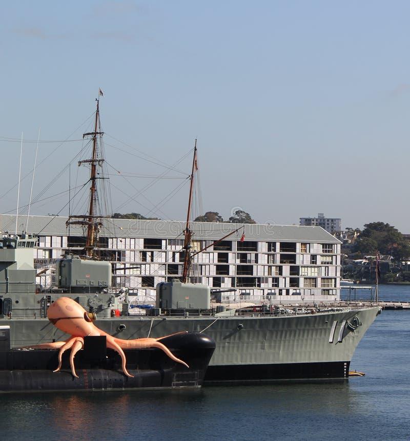 Pulpo inflable en Sydney Harbour foto de archivo