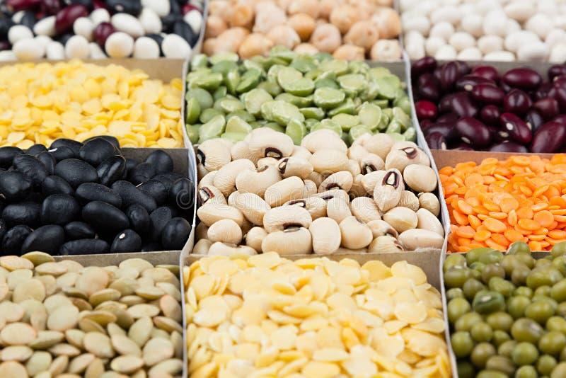 Pulsa el fondo de la comida, surtido - legumbre, habas de riñón, guisantes, lentejas en las células cuadradas macras fotos de archivo