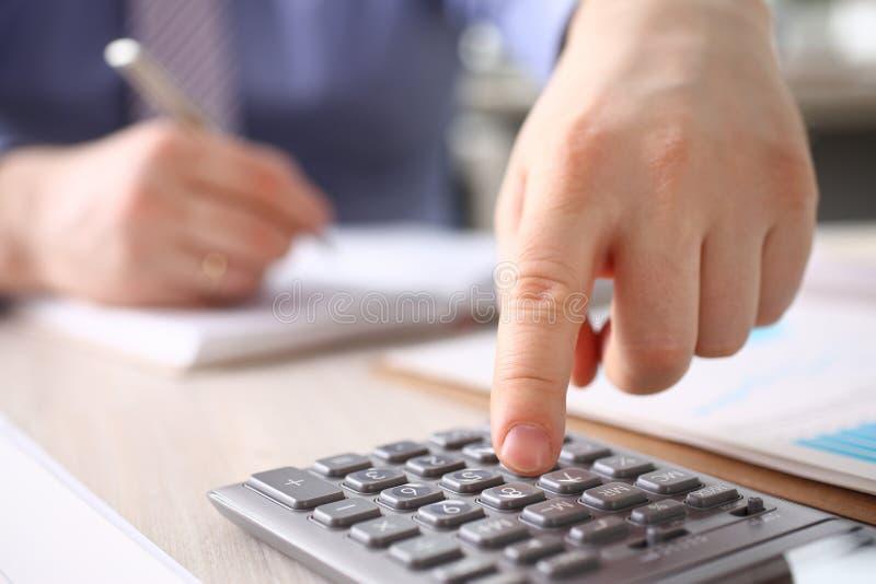 Pulsante di Calculate Finance Budget dell'uomo d'affari immagine stock libera da diritti