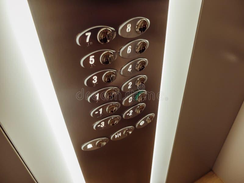 Pulsanti con i numeri dei pavimenti in un ascensore fotografia stock libera da diritti