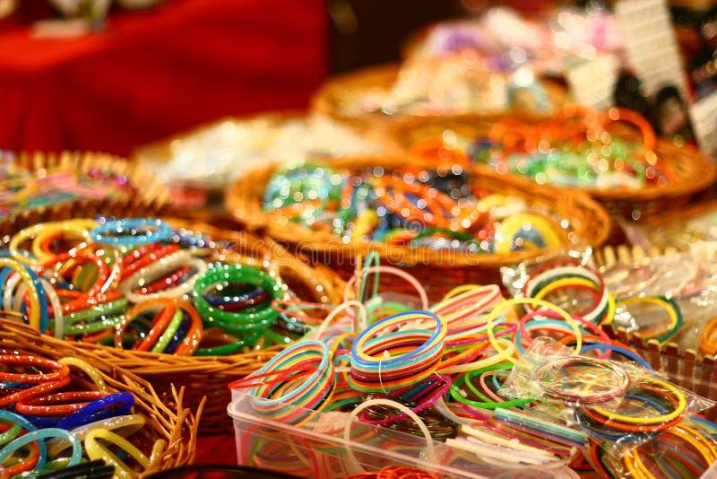 Pulseira coloridas de India no mercado de varejo fotografia de stock royalty free