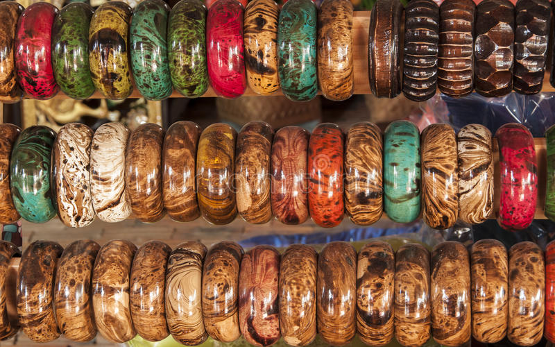 Pulseira de madeira coloridas em uma fileira imagens de stock royalty free