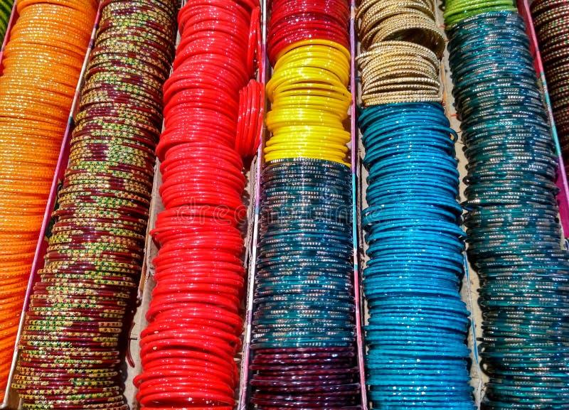 Pulseira de vidro coloridas em uma loja imagens de stock royalty free
