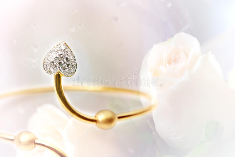 Pulseira do diamante no fundo das rosas foto de stock