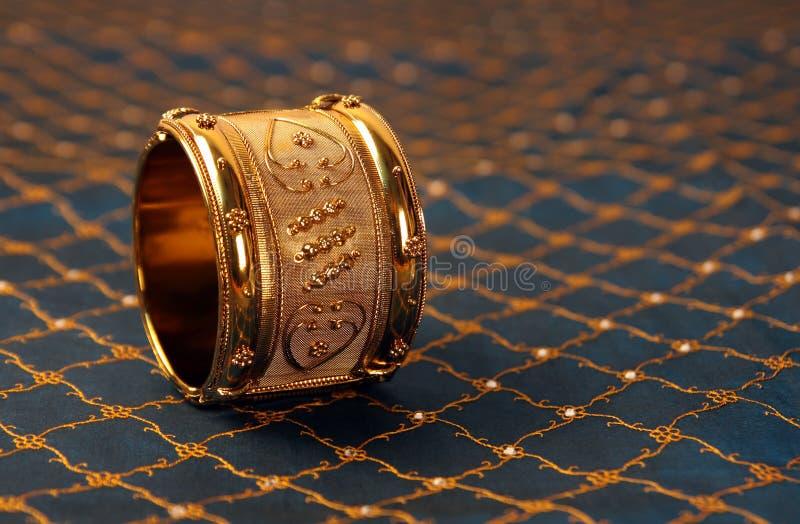 Pulseira tradicionais indianas do ouro imagens de stock royalty free