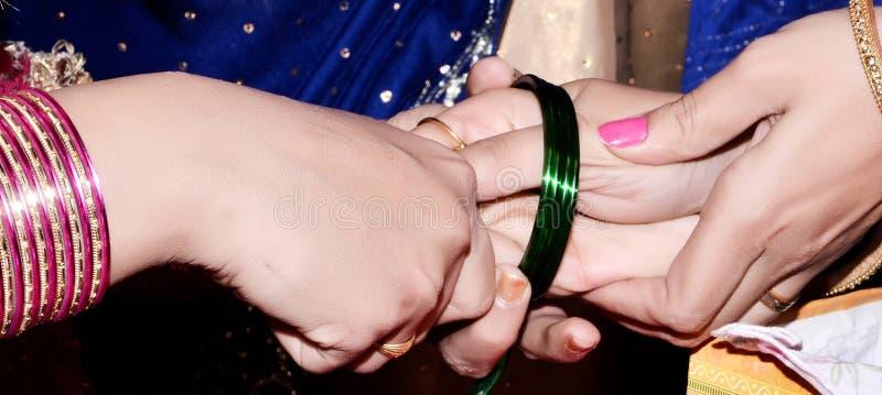 Pulseira vestindo nupciais do casamento do casamento paquistanês & indiano, foto de stock royalty free