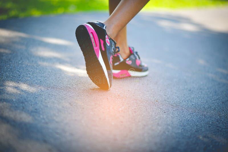 Pulser avec des chaussures de sport en vacances images stock