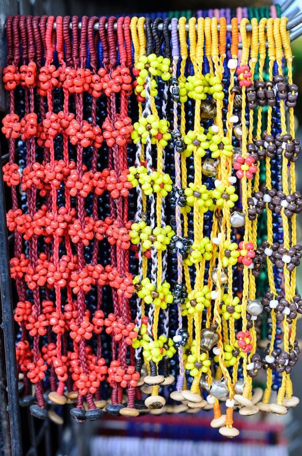 Pulsera colorida con las gotas decorativas imagen de archivo
