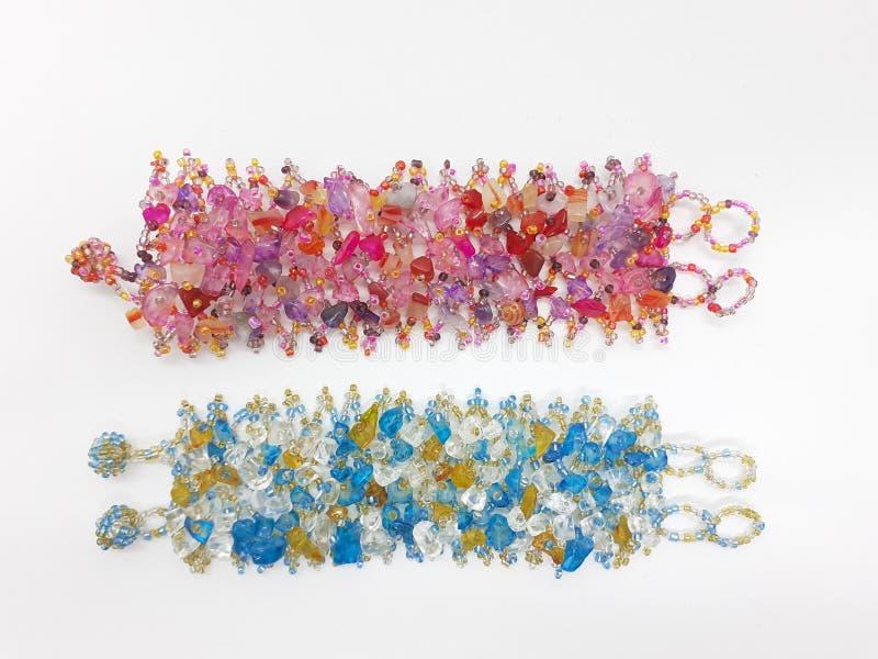 Pulsera colorida hermosa para la joyería de la mujer en el fondo aislado blanco 02 foto de archivo libre de regalías