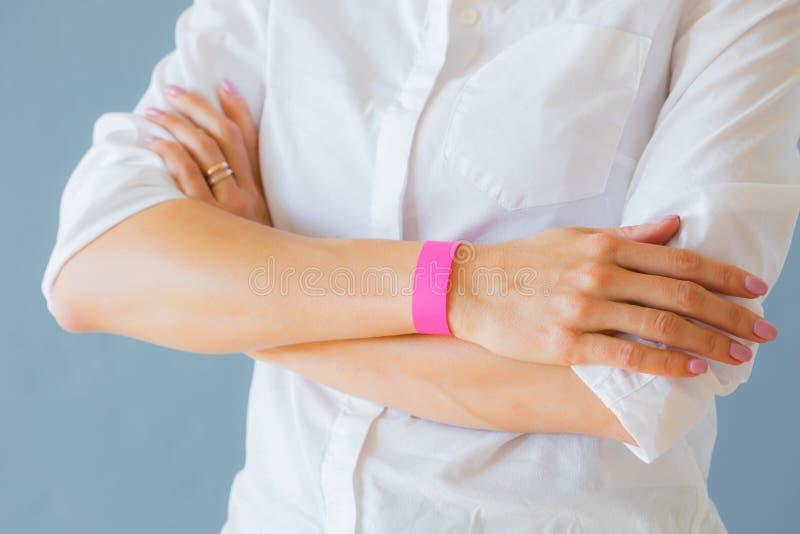Pulsera de la pulsera del brazo de la plantilla de la maqueta de la mujer que lleva fotografía de archivo