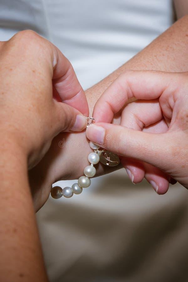 Pulsera de la perla fotos de archivo