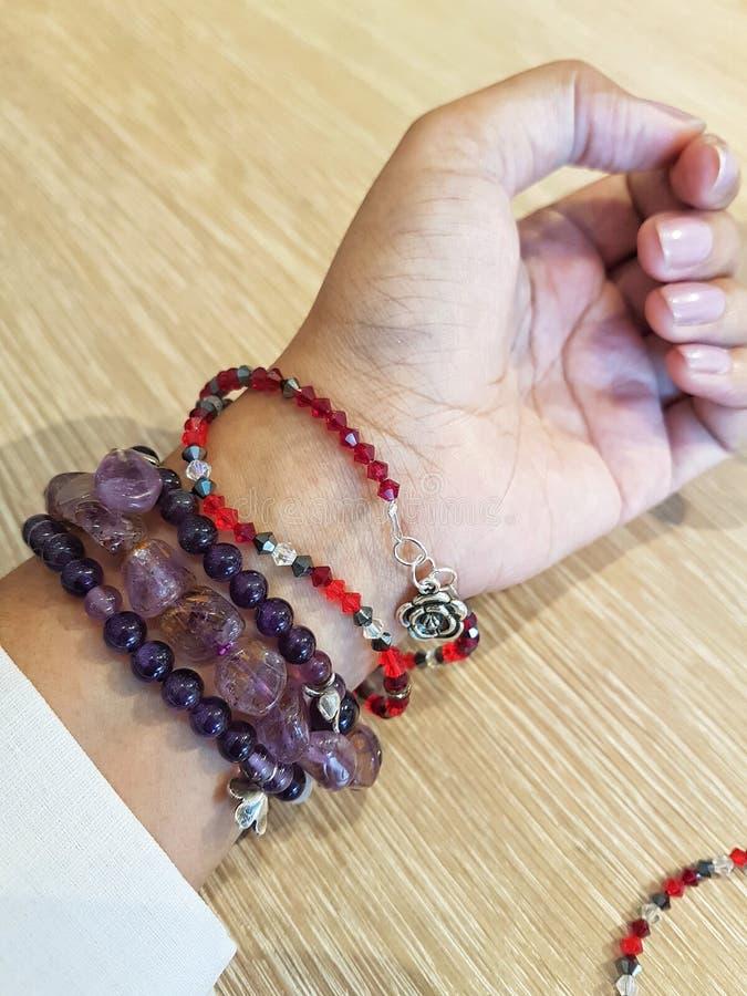 pulsera de piedra a mano imágenes de archivo libres de regalías