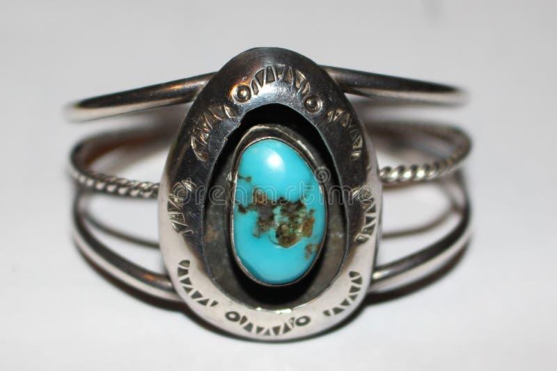Pulsera hecha a mano de la plata y de la turquesa del origen del nativo americano imagen de archivo