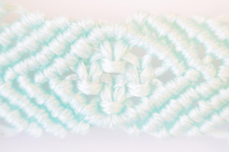 pulsera hecha por la técnica del agremán suavemente hilo encerado azul viajantes y nudos dobles planos Fotografía macra en un CCB imagen de archivo