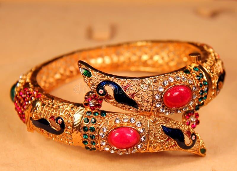 Pulsera india de oro hermosa imagen de archivo libre de regalías