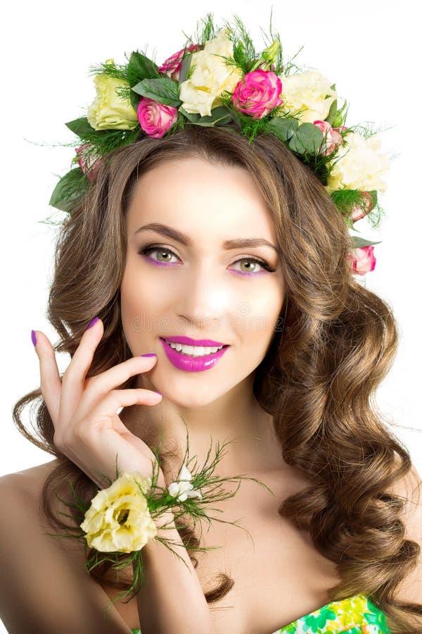 Pulsera modelo hermosa de la guirnalda de las flores de la chica joven de la mujer de la primavera fotos de archivo