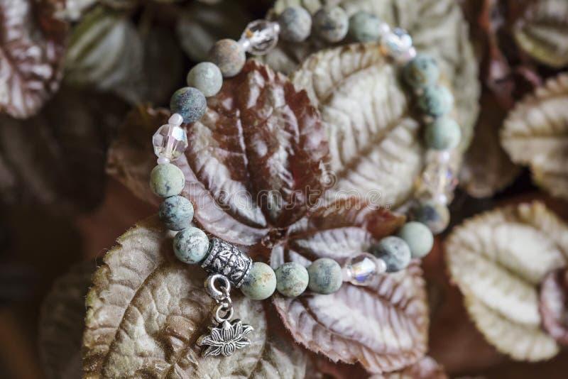 Pulsera natural de la yoga de la piedra de la turquesa con el colgante del loto imágenes de archivo libres de regalías