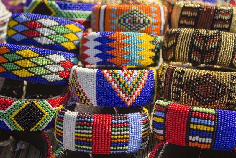 Pulseras coloridas hechas a mano tradicionales africanas de las gotas, brazaletes fotos de archivo libres de regalías